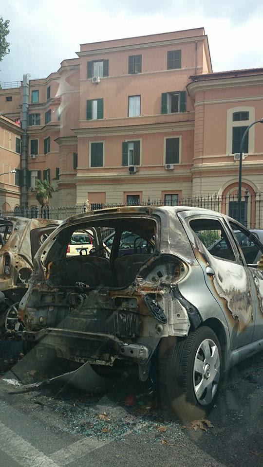 Auto in fiamme nella notte: 4 veicoli distrutti, si indaga per capire le cause dell'incendio