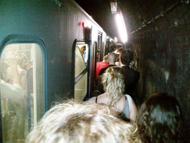 Caos sulla metro B per un guasto. Panico tra i passeggeri: fermi in galleria