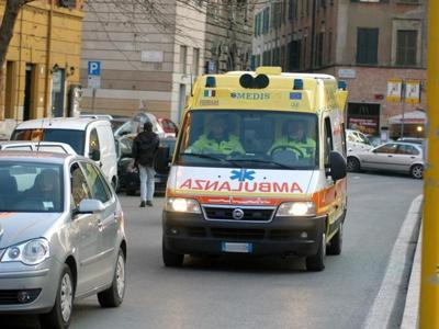 Incidente sulla Pontina, perde il controllo dell'auto e si schianta sul guard rail: muore un 53enne