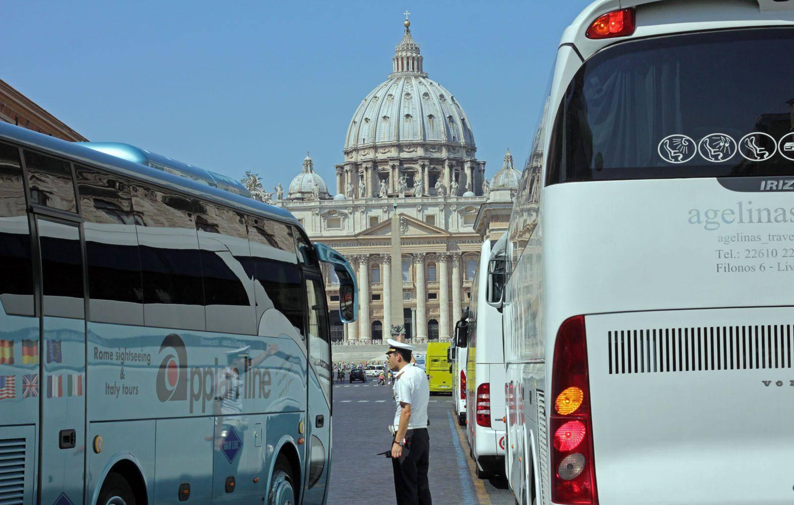Bus turistici, via libera dal Campidoglio al piano: nuove regole per la zona di San Pietro