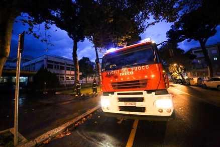 Incendio a Ostia, va a fuoco uno scantinato: evacuato il palazzo