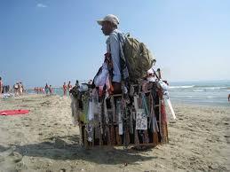 Abusivismo, sulle spiagge controlli a tappeto: 15mila pezzi sequestrati e 10 denunce