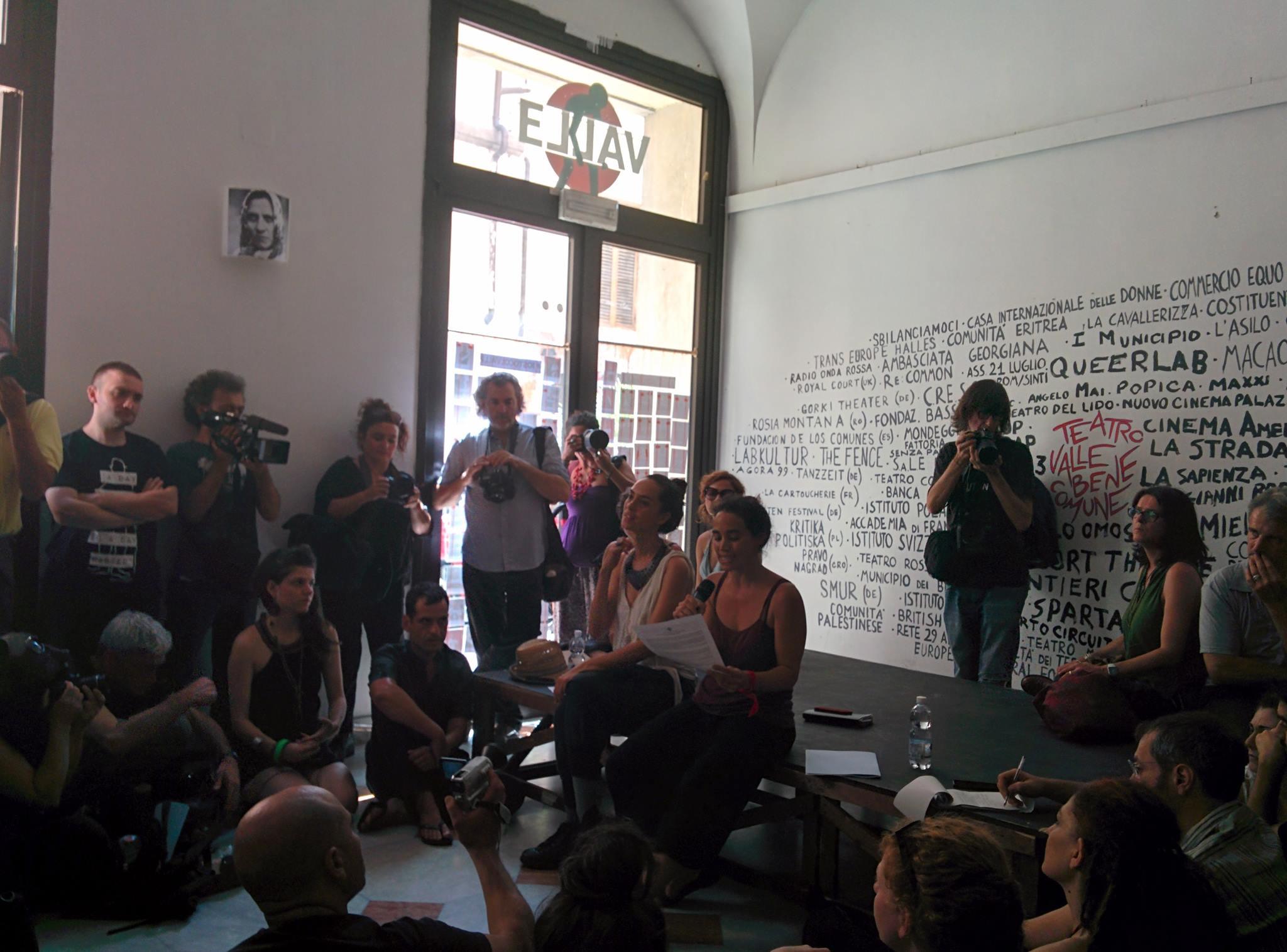 Teatro Valle, l'occupazione (in)finita: attivisti nel foyer per dettare le condizioni al Comune