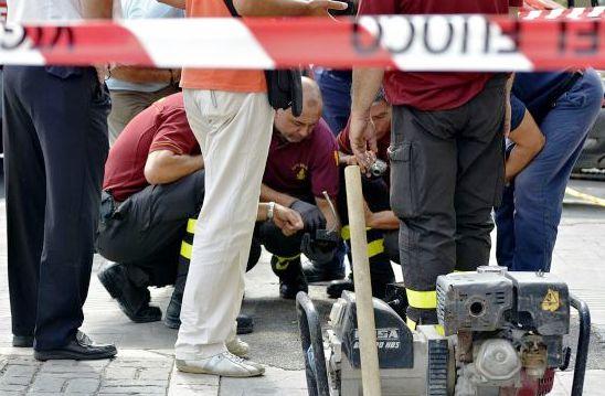 Esplosione tombino: morto Macow, il caposquadra lascia 4 figli. Aperta un'inchiesta