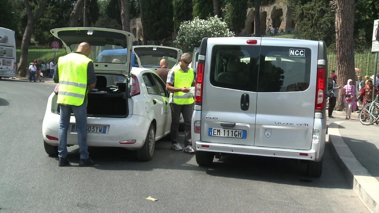 Taxi, la polizia ferma 3 Ncc abusivi. In totale 250 controlli e 60 multe dall'inizio dell'estate