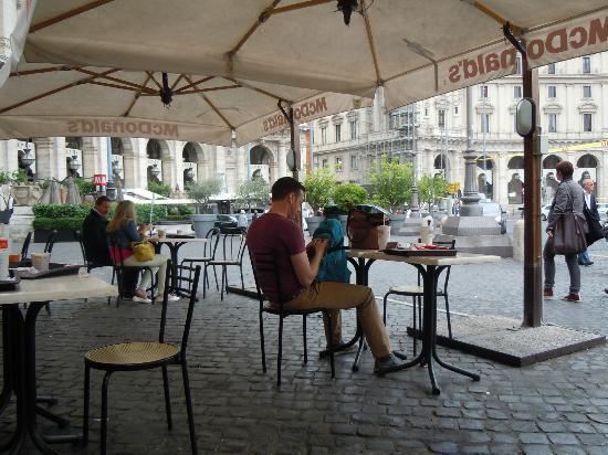 Piazza di Spagna, ladro in azione tra i tavolini del Mc Donalds: arrestato dai carabinieri