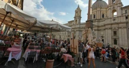 Tavolino selvaggio, piazza Navona si adegua alle regole: riaprono bar e ristoranti. Municipale: