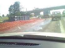 Pomodori dispersi sull'autostrada: tir perde carico in Ciociaria, disagi alla circolazione