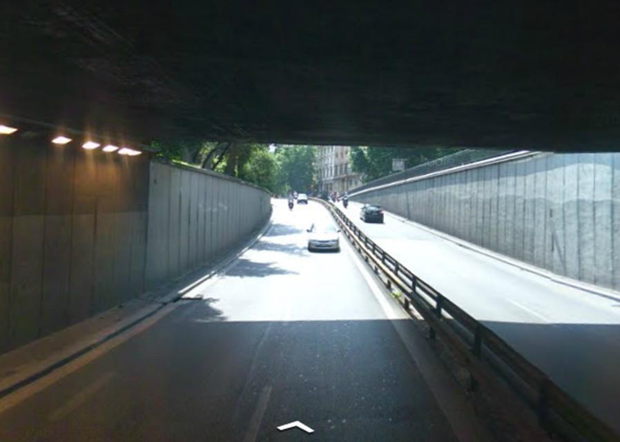Corso d'Italia, il sottopasso perde pezzi: chiusa fino alle 14 la strada e traffico in tilt