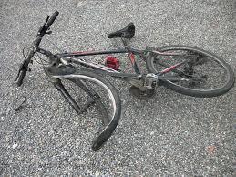 Ostia, anziano ciclista travolto da uno scooter: è in gravi condizioni
