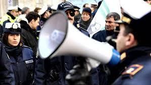 Abusivismo, oppone resistenza durante un controllo: arrestato un ambulante