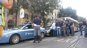 Per protesta si barrica nella sua auto nel centro di Roma: traffico in tilt