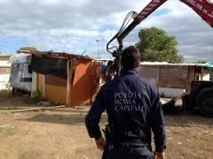 Campo nomadi, controlli in via Salviati: 2 bimbi tra la sporcizia dei container
