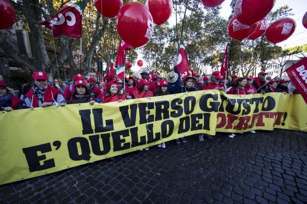 Cgil, un fiume rosso invade le strade di Roma cantando