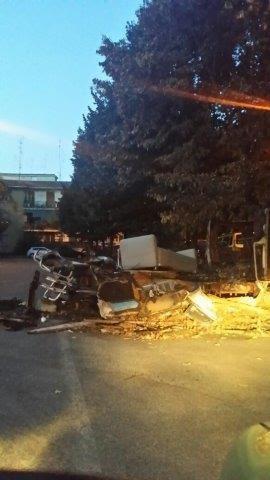 GARBATELLA - DifendiAmo Roma: La carcassa di un furgone nel parcheggio sopra l'università