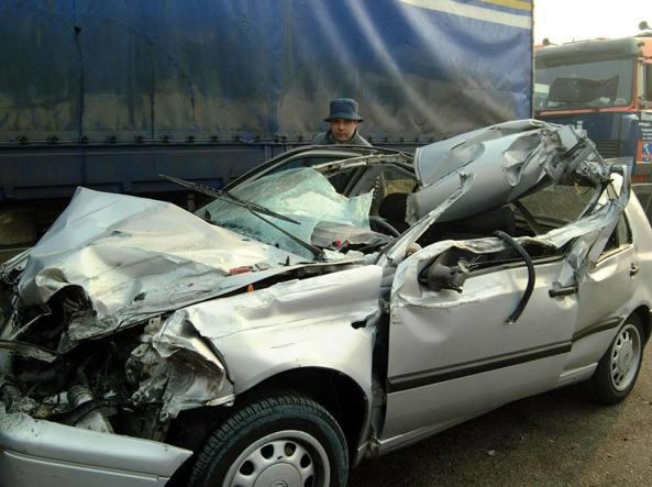 Incidente sulla A1, scontro tra un furgone e un autocarro: 6 morti e 2 feriti. Indagati i conducenti