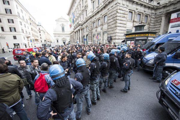 Lavoro, operai di Terni manganellati dalla polizia: due feriti. Tirocinanti della Giustizia assedian...