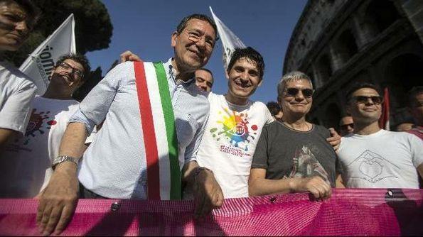 Nozze gay, Marino sfida Alfano: