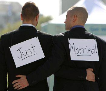 Nozze gay, il giorno della sfida: Marino trascrive 16 matrimoni. In Campidoglio sfilata di abiti arc...
