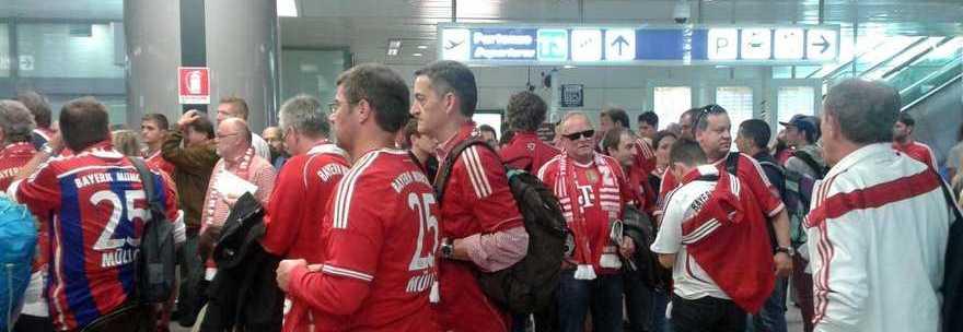 Champions, i tifosi del Bayern colorano l'aeroporto di Fiumicino in vista della sfida con la Roma