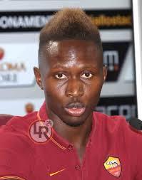 Paura per Yanga Mbiwa, il giocatore della Roma aggredito in pieno centro