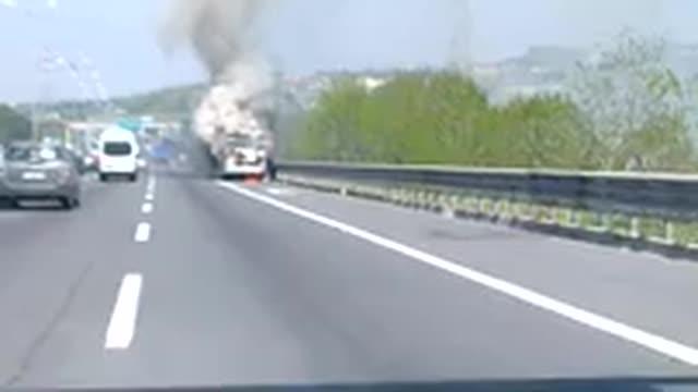 Bus in fiamme sulla Roma-Napoli: illesi i turisti che viaggiavano sul veicolo