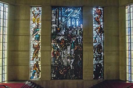 Restaurata la Carta del lavoro: torna a splendere la vetrina di Sironi