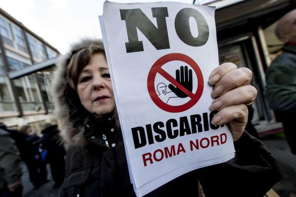"""Rifiuti, sit-in contro la discarica a Magliano: """"Siamo nell'oblio"""""""