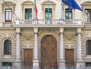 Crisi, uomo senza lavoro si arrampica sul ministero della Pubblica amministrazione