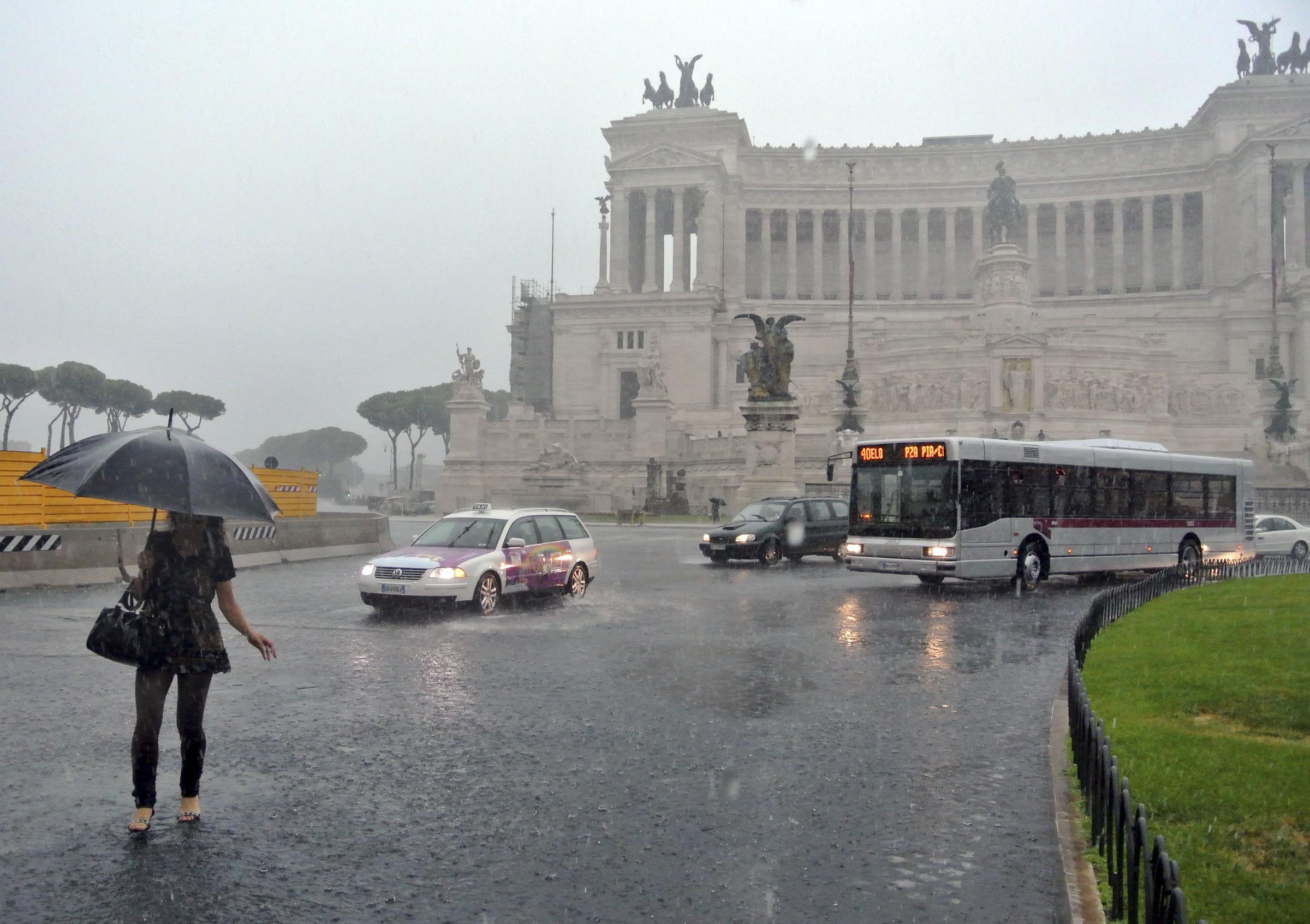 Acquazzone sulla Capitale: allagamenti e traffico in tilt