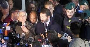 Marino rinuncia alla scorta, Alemanno querela e LeMonde scrive del nuovo Sacco di Roma: effetti di M...