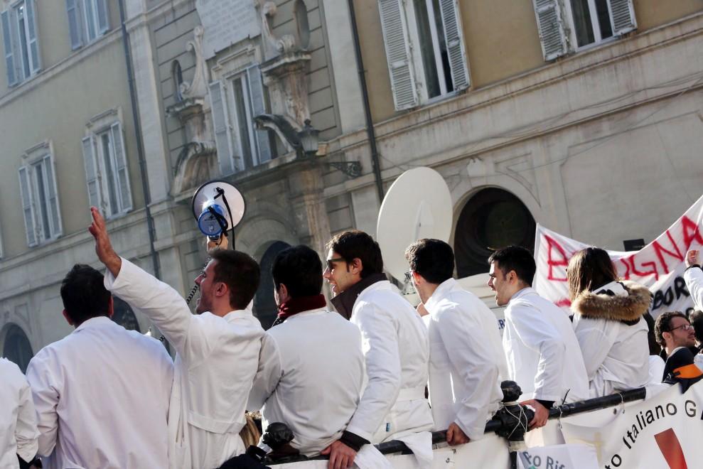 Università, medici in presidio al Miur contro il caos test. Chieste le dimissioni del ministro
