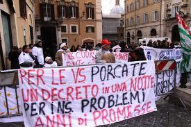 Con fischietti e cartelli gli infermieri in piazza a Montecitorio