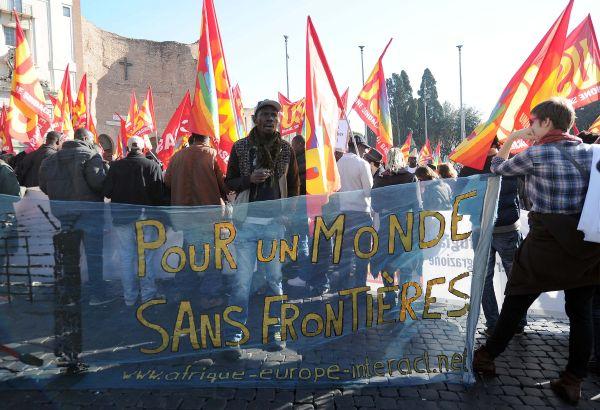 Sciopero sociale, iniziano i blitz del 14N: uova contro il ministero. In piazza i migranti, slogan c...