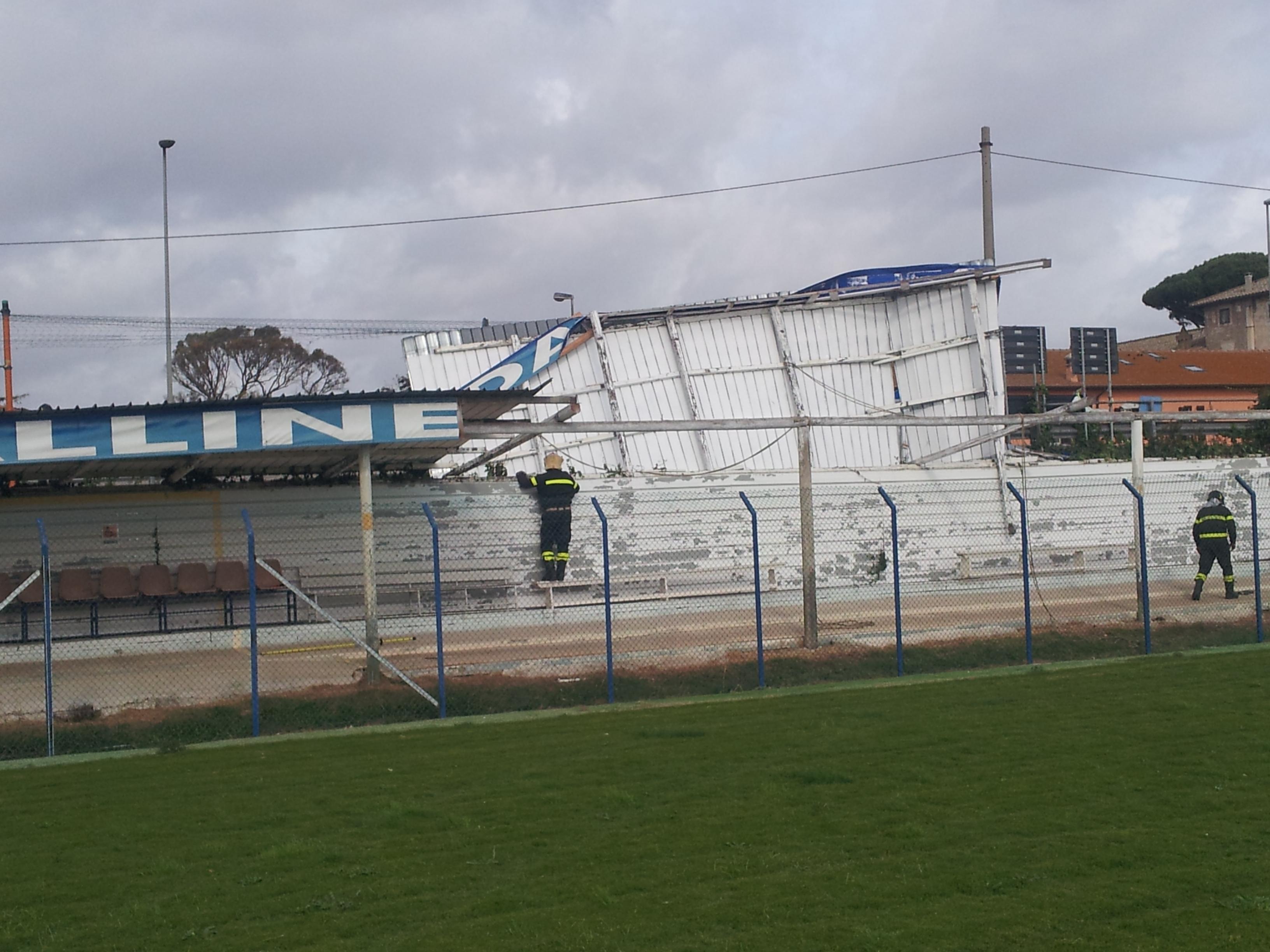 Maltempo, il vento forte scoperchia la tribuna del campo Maccarese