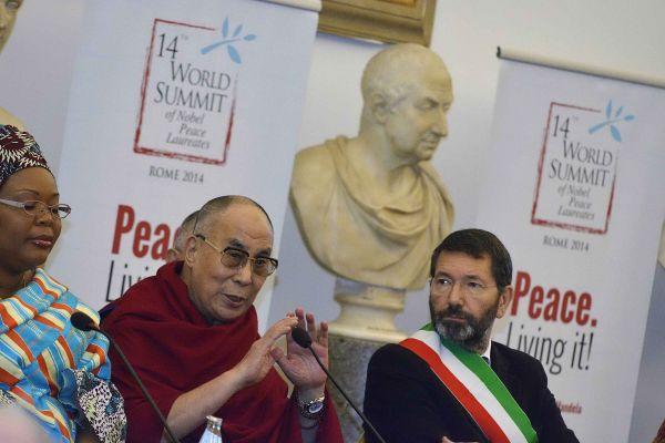 Summit Nobel per la Pace: Bertolucci premiato, Dalai Lama dona una sciarpa bianca a Marino