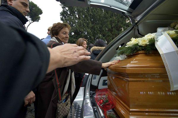 Il mondo del cinema dà l'ultimo saluto a Virna Lisi Il figlio: