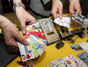 Clonavano carte di credito: 4 arrestati e 18 indagati, spese illegali per 300mila euro