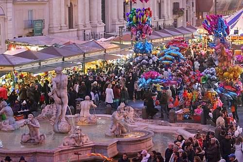 Piazza Navona, caos dopo il bando per la befana: