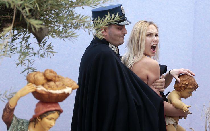 Femen a San Pietro, una donna ucraina in carcere in Vaticano. Padre Lombardi: