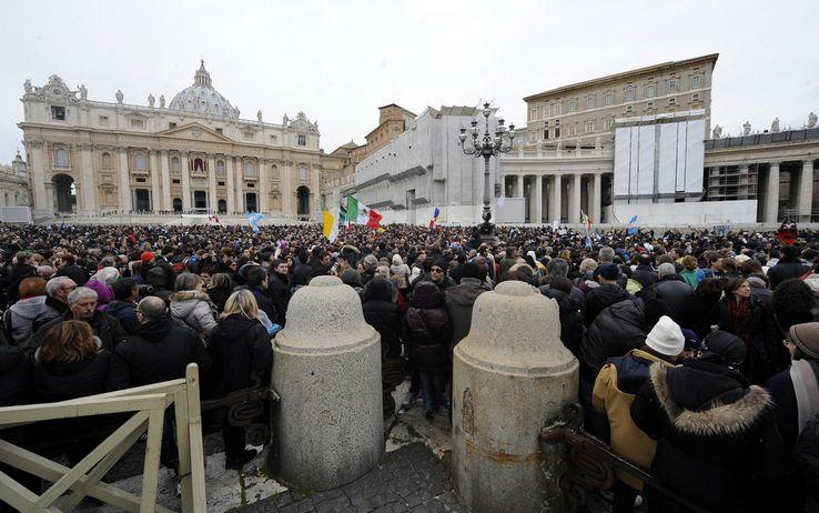 San Pietro, 50mila fedeli per l'Angelus di Papa Francesco: