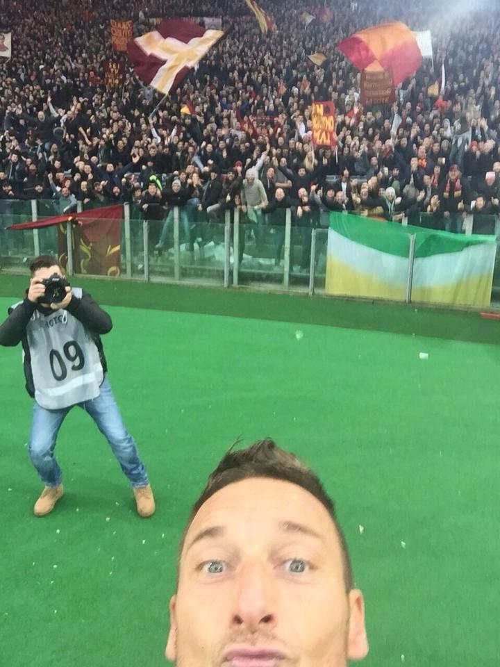 Derby show, Roma-Lazio finisce 2-2. Record con selfie per Totti: