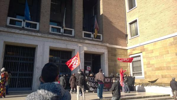 Casa, movimenti occupano gli uffici di via Petroselli: