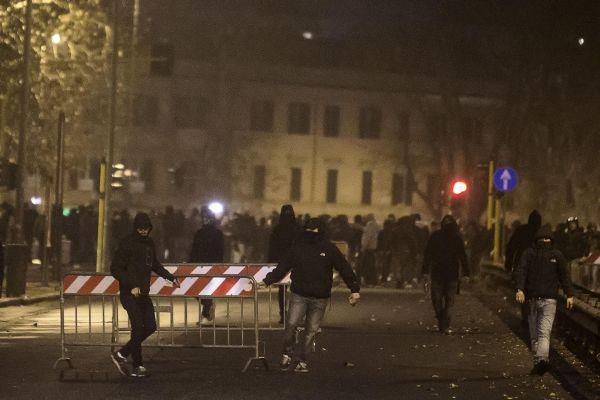 Derby, dopo gli scontri le sanzioni: chiuse le curve di Roma e Lazio. Biglietto solo per chi ha la t...