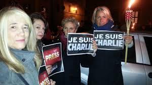 Charlie Hebdo, fiaccolata a pizza Farnese: matite alzate. Il sindaco di Parigi ringrazia con un twee...