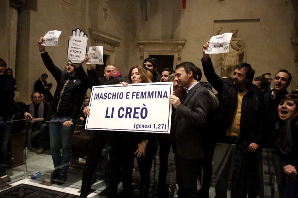 Unioni civili, bagarre in Campidoglio: il voto slitta Diffida al prefetto, si aspetta la decisione d...