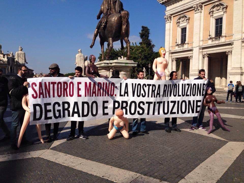 Prostituzione, flash mob di Forza Italia: al Campidoglio con bambole gonfiabili