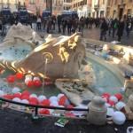 L'arte ferita, quella Barcaccia appena restaurata rovinata dalla furia dei tifosi olandesi