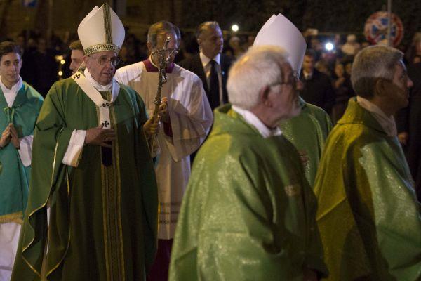 'Venite c'è un signore vestito di bianco', Papa Francesco visita un campo nomadi: