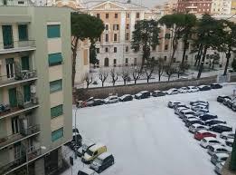 Maltempo, la grandine imbianca Roma. Incidente sul Gra: 10 feriti, riaperto il tratto a Casal del Ma...